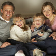 Foto Stock: Family Watching Television Together