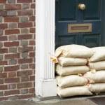 zandzakken gestapeld in een deuropening ter voorbereiding van de overstromingen — Stockfoto