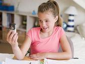 Meisje met telefoon smiling — Stockfoto