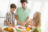 Vader en kinderen bereiden een maaltijd, maaltijd samen — Stockfoto