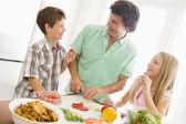 Padre e figli preparano un pasto, insieme dei pasti — Foto Stock