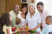 家族の準備食事、一緒に食事 — ストック写真