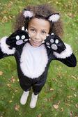 Jeune fille à l'extérieur en costume de chat sur halloween — Photo