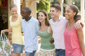 Groupe d'adolescents, faire des courses — Photo