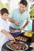 Father And Son Barbequing — Stockfoto