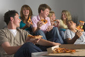 Adolescentes divertirse y comer pizza — Foto de Stock