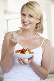 Mid Adult Woman Eating Salad — Stock Photo