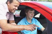 Tiener leren hoe te rijden — Stockfoto
