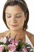 Retrato de noiva segurando o bouquet de flores — Foto Stock