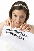 Novia rompiendo el acuerdo prenupcial — Foto de Stock
