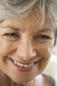 Senior, retrato, mujer, sixties, feliz, sonriente y alegre, en la cabeza, fr — Foto de Stock