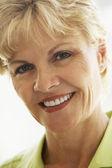 Senior, porträtt, kvinna, sextiotalet, tandvärk, ängslig, orolig, thoughtf — Stockfoto