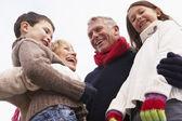 обнимать их внуков бабушки и дедушки — Стоковое фото