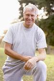Komuta sizde parkta crouching portresi — Stok fotoğraf