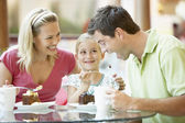 Familie na de lunch samen in het winkelcentrum — Stockfoto