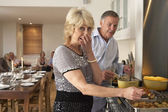 Couple Having Difficulty Cooking For A Dinner Party — Stock Photo