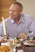 Man Eating Dinner At Home — Stockfoto