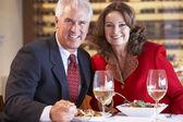 Bir restoranda yemek yerken çift — Stok fotoğraf