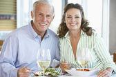 Starszy kilka obiad razem w restauracji — Zdjęcie stockowe