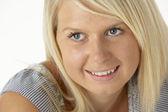 Sarışın genç kadın gülümsüyor — Stok fotoğraf