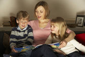Mother And Children Reading — Stockfoto