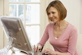Femme à l'aide d'ordinateur — Photo