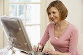Vrouw met behulp van computer — Stockfoto