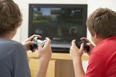 Deux garçons jouant avec console de jeu — Photo
