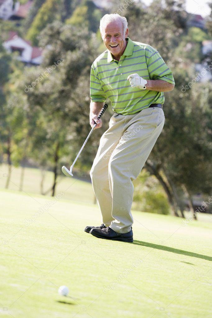 homme qui joue une partie de golf photographie monkeybusiness 4785240. Black Bedroom Furniture Sets. Home Design Ideas
