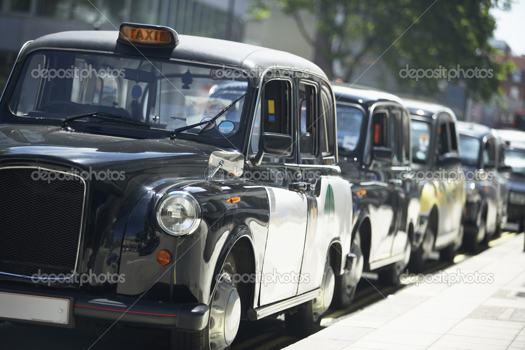 London Taxis Lined Up On Sidewalk — Zdjęcie stockowe #4789963