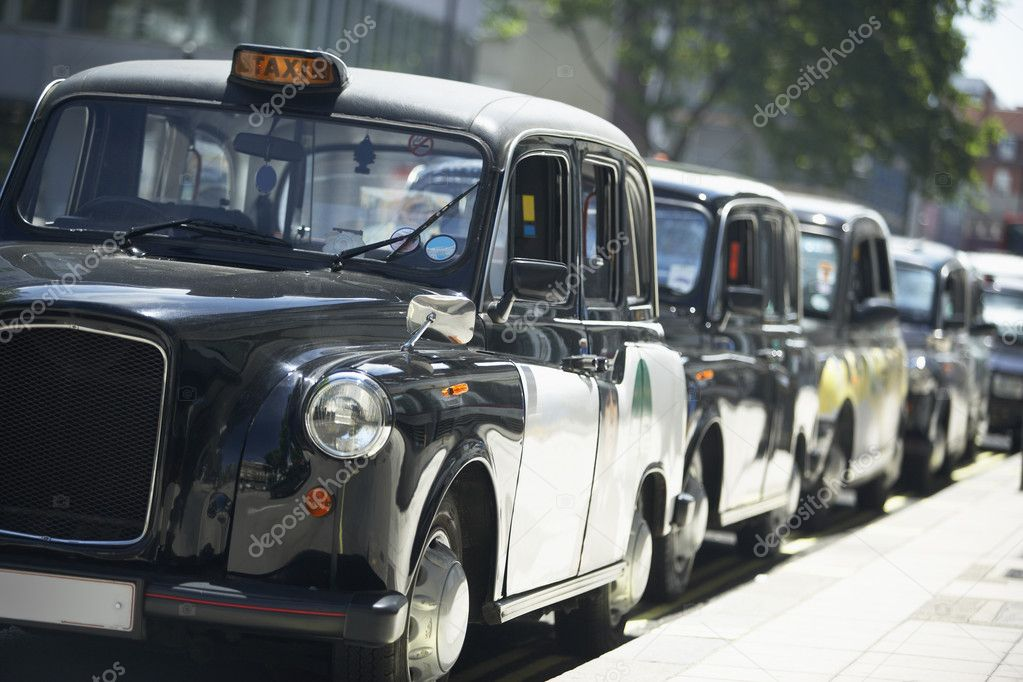 London Taxis Lined Up On Sidewalk — Stockfoto #4789963