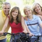 familie fietsen door een park — Stockfoto