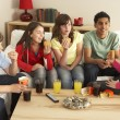 Group Of Children Eating Burgers At Home - Foto Stock