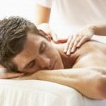 jonge man genieten van massage in spa — Stockfoto