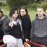 grupo de jovens no parque infantil — Foto Stock