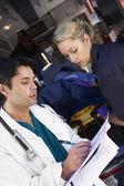 到达病人的医护人员咨询医生 — 图库照片