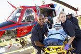 Sağlık görevlileri doktor hastadan boşaltma — Stok fotoğraf