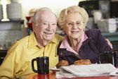 äldre par att ha morgon te tillsammans — Stockfoto