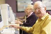 último homem usando o computador — Foto Stock