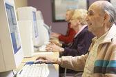 Senior man met computer — Stockfoto