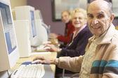 Homme senior à l'aide d'ordinateur — Photo