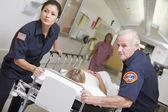 Paramedici haasten noodgevallen patiënt in het ziekenhuis — Stockfoto