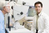 Läkare och patient redo för en synundersökning — Stockfoto
