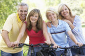 Family Cycling Through A Park — Stockfoto