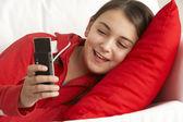 Jong meisje tekstbericht lezen — Stockfoto