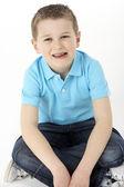 Stüdyoda oturan genç çocuk — Stok fotoğraf