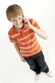 Mladý chlapec s mobilním telefonem — Stock fotografie
