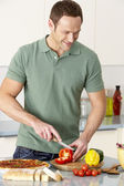 Man Preparing Meal In Kitchen — Foto de Stock