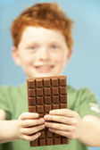 Mladík hospodářství balíček čokolády — Stock fotografie
