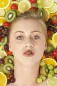 Retrato de mujer joven comiendo chocolate — Foto de Stock
